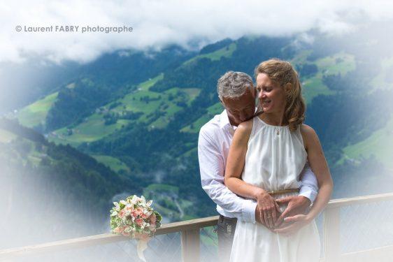 les mariés devant un paysage de montagne du Beaufortain, Savoie (73)