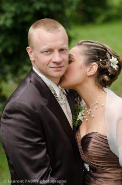 le baiser de la mariée avant son mariage, la marié regarde vers le photographe