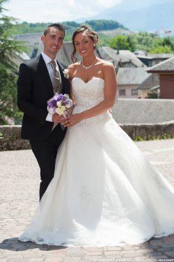 les mariés posent devant leur photographe à Montmélian (73)
