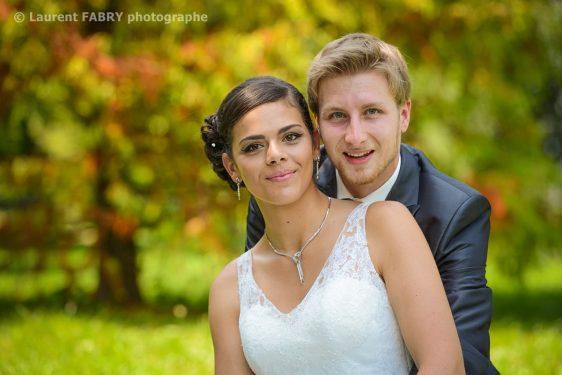 portrait des mariés sur fond arboré et coloré juste avant le mariage