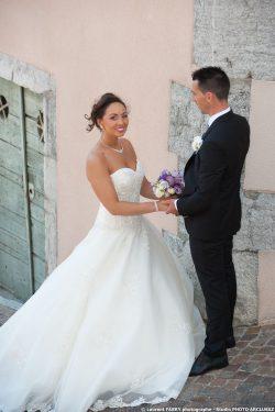 le marié apporte la bouquet à la mariée dans la vieille ville à Montmélian, Savoie (73)