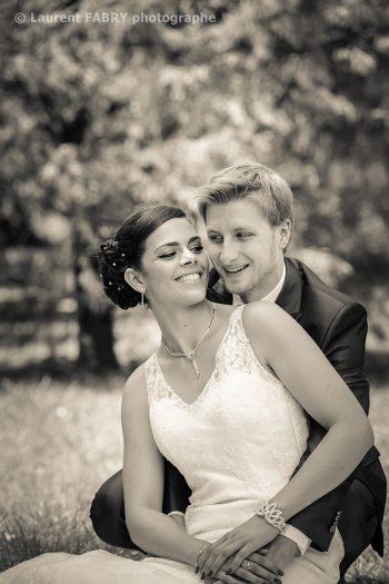 les mariés assis dans le parc de Buisson Rond à Chambéry (mariage dans le 73)