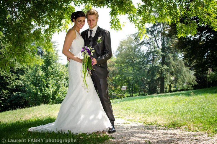 portrait des mariés dans le parc du Château de Boigne (Chambéry, Savoie)