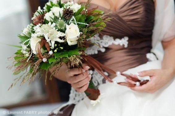 photo de gros plan en couleurs sur le bouquet de la mariée