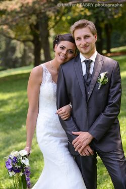 pose décontractée et romantique des mariés sous la direction du photographe professionnel