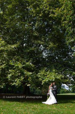 les mariés sous les arbres du parc du Verney, en Savoie, 73