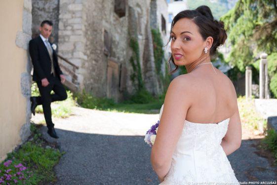 la mariée se retourne vers son photographe professionnel de mariage