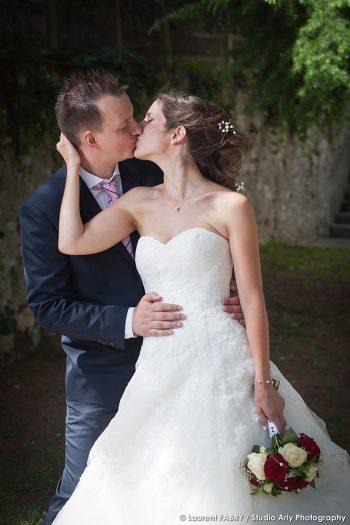 le baiser des mariés pour leur photographe de mariage dans le département de la Savoie