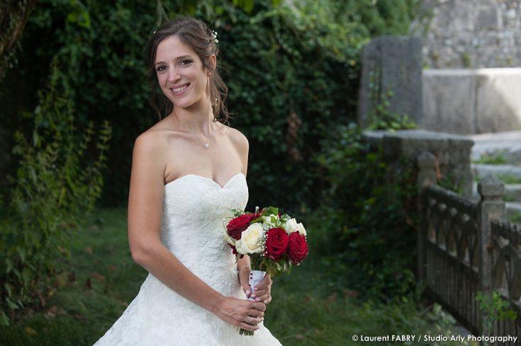 portrait de la mariée et son bouquet pour un mariage savoyard
