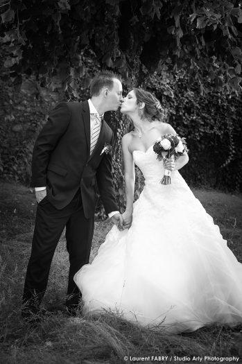 photo de mariage en noir et blanc : le baiser des mariés pour leur photographe de mariage en Savoie