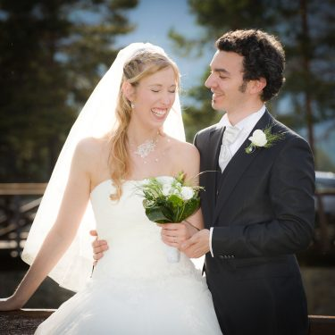fou rire des mariés déclenché par le photographe pendant leur séance photo de couple