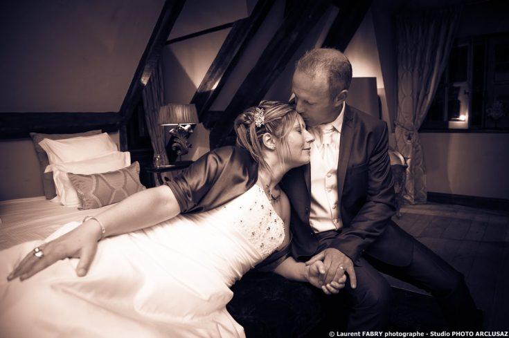 photo de couple dans leur suite au domaine des Saint Pères après leur mariage à Montagnole
