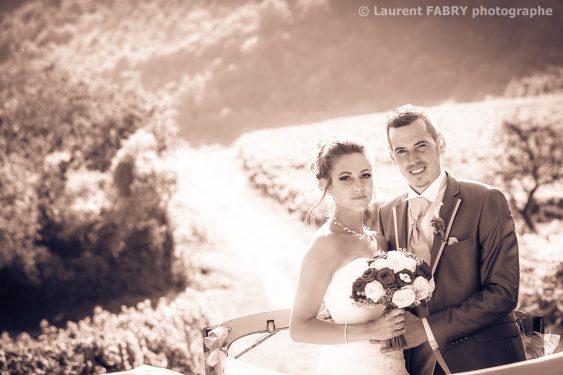 photographie des mariés en extérieur et en couleur sépia