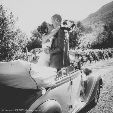 traitement photo ancien pour cette vue des mariés dans leur voiture