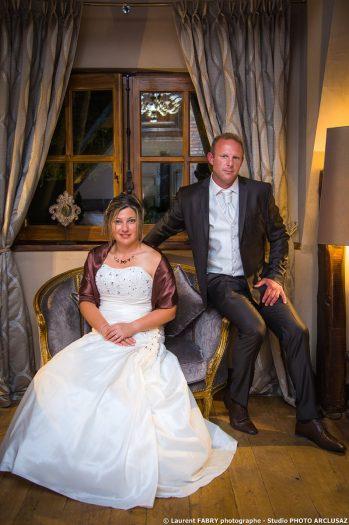 les mariés posent dans la suite offerte par leurs témoins le jour de leur mariage au Domaine des Saint-Pères