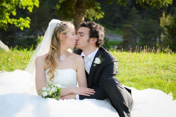 baiser des mariés assis dans l herbe près des forts de l Esseillon, Haute Maurienne, Savoie
