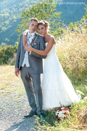 les mariés enlacés lors de la séance photo de mariage, par une belle lumière du soir à Saint-Jean-de-la-porte (mariage en Savoie)