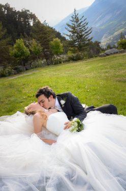 le marié embrasse la mariée dans le cou près des Forts de l Esseillon (Savoie)