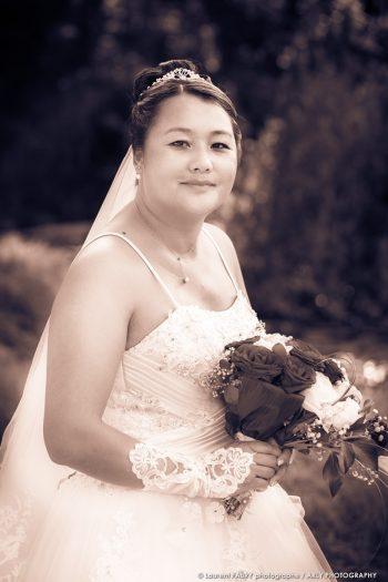 photo de la mariée et son bouquet en couleurs sépia