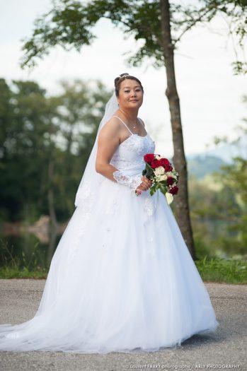 portrait de la mariée tenant son bouquet