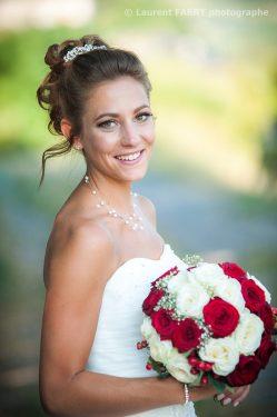 portrait de la mariée et son bouquet en couleurs