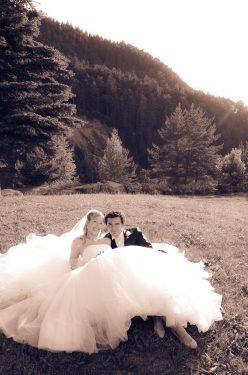 portrait des mariés allongés, regard vers le photographe de mariage