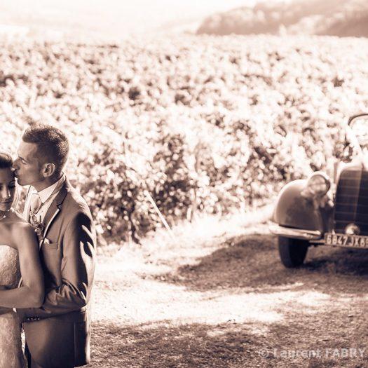 Portrait de couple dans les vignes aux couleurs sépia-rose pour ce mariage en Savoie