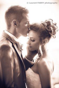 le baiser du marié, photo en couleurs sépia