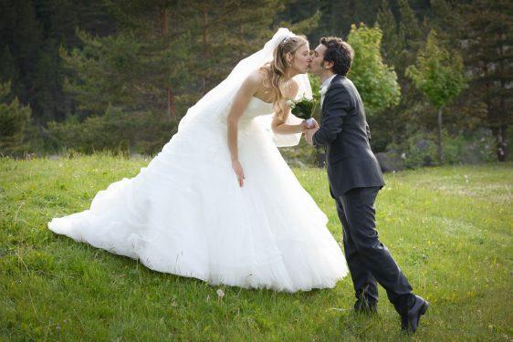 le marié apporte le bouquet de la mariée et l