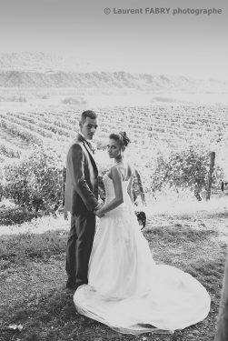 les mariés se retournent vers leur photographe, photo en noir et blanc ancien