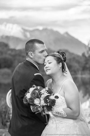 les mariés enlacés près du lac de Sainte-Hélène, mariage en Combe de Savoie