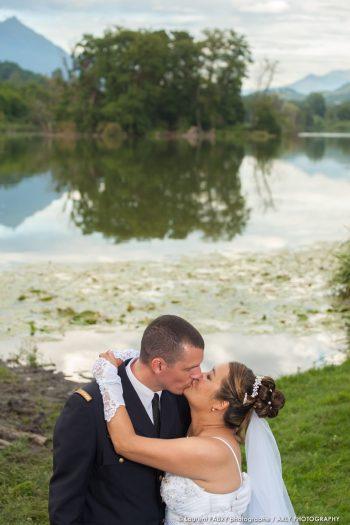 les mariés posent pour leur photographe devant le lac de Sainte-Hélène