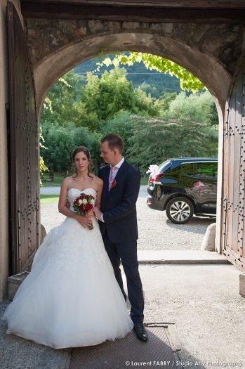 portrait des mariés sous le porche du château de la Rive à Cruet, mariage en Combe de Savoie