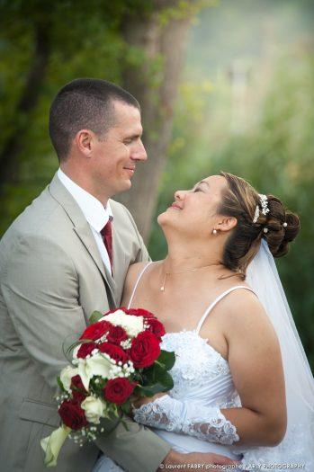moment de complicité entre les mariés pendant leur séance photo de couple