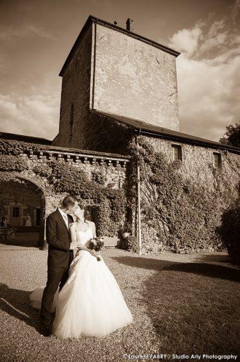 photo sépia des mariés devant le château de la Rive, mariage à Cruet, Savoie