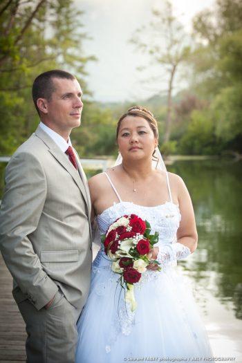 portrait des mariés au lac de Sainte Hélène (mariage en Combe de Savoie)