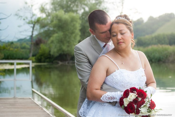 portrait des mariés devant un lac de Savoie après leur mariage