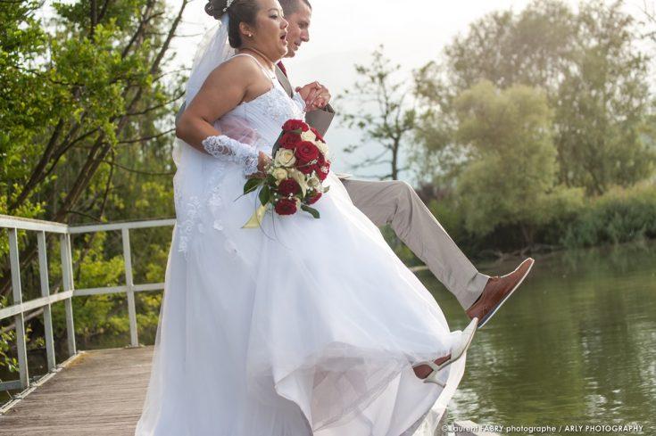 les mariés sautent dans un lac de Savoie après leur mariage