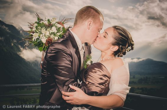 pose romantique et classique des mariés sur fond de ciel chargé, photo traitée en couleurs spéciales