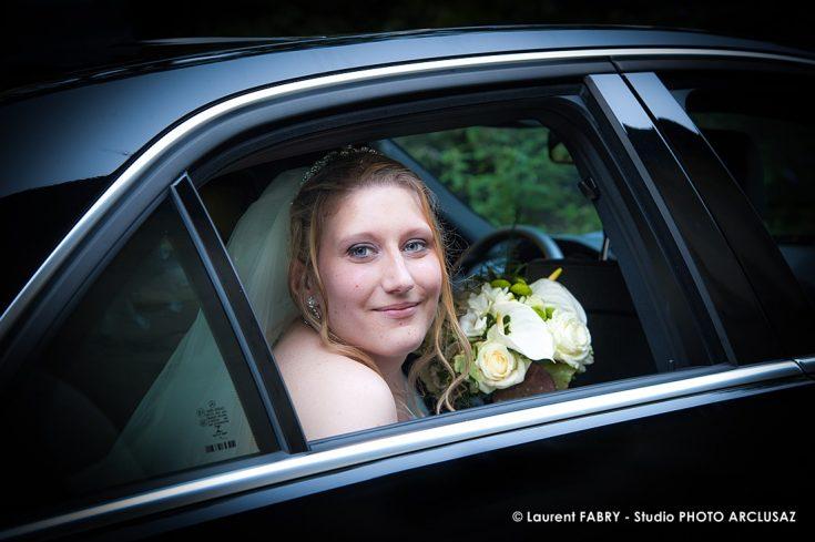 La mariée pose pour son photographe à l arrière de la voiture qui la conduira à sa cérémonie de mariage à Doucy, Tarentaise