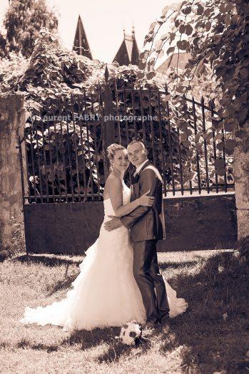les mariés près de la grille du Château de Montfleury en Isère, juste avant leur mariage