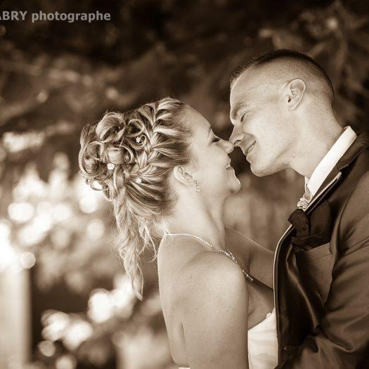 photo sépia du baiser des mariés