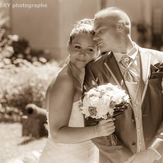 photo romantique en sépia : les mariés au château