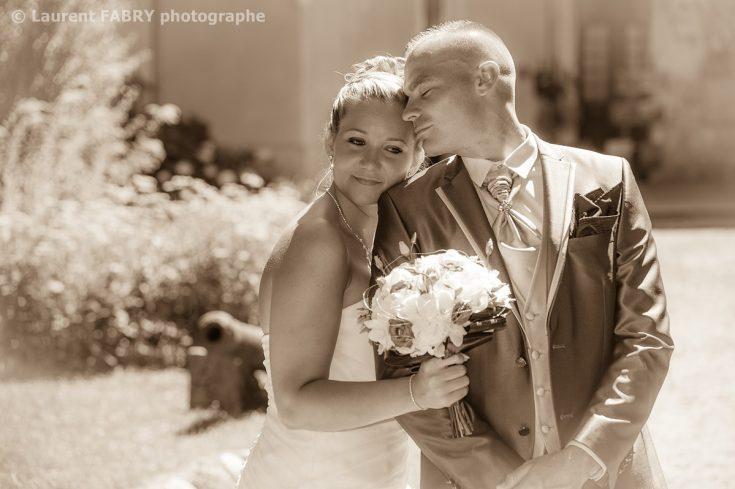 photo romantique en sépia : les mariés au château d Avressieux, en Isère (38)