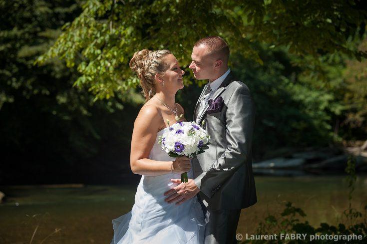 les mariés devant la rivière (le Guiers) pour leur mariage à Domessin (38)