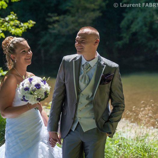 les mariés posent près de la rivière (Guiers, entre Savoie et Isère)