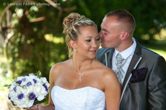 le marié chuchote quelque chose à la mariée avant le mariage