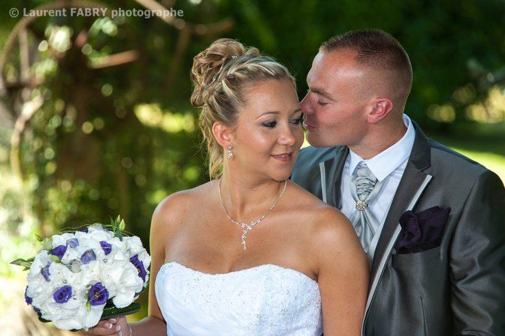 le marié chuchote quelque chose à la mariée