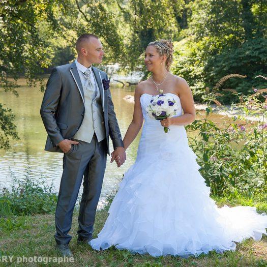 les mariés posent devant le Guiers, une rivière entre Isère et Savoie