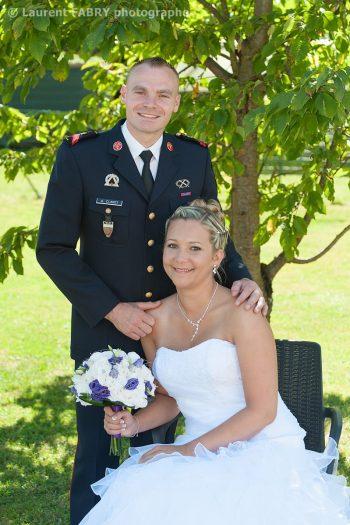 portrait en tenue de pompier professionnel pour le marié, mariage en Isère à Domessin